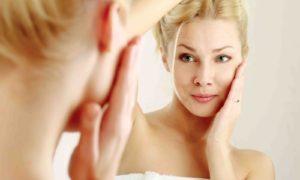 Причины прыщей на щеках у женщин