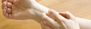 Почему могут чесаться руки до локтя